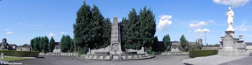 Monument dédié aux victimes civiles et militaires de la guerre 14-18 dans le cimetière d'Auvelais