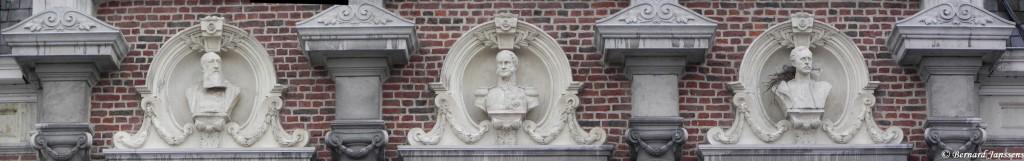 Les 3 premiers Rois de Belgique décorent la façade de l'ancien hôtel de ville de Tamines